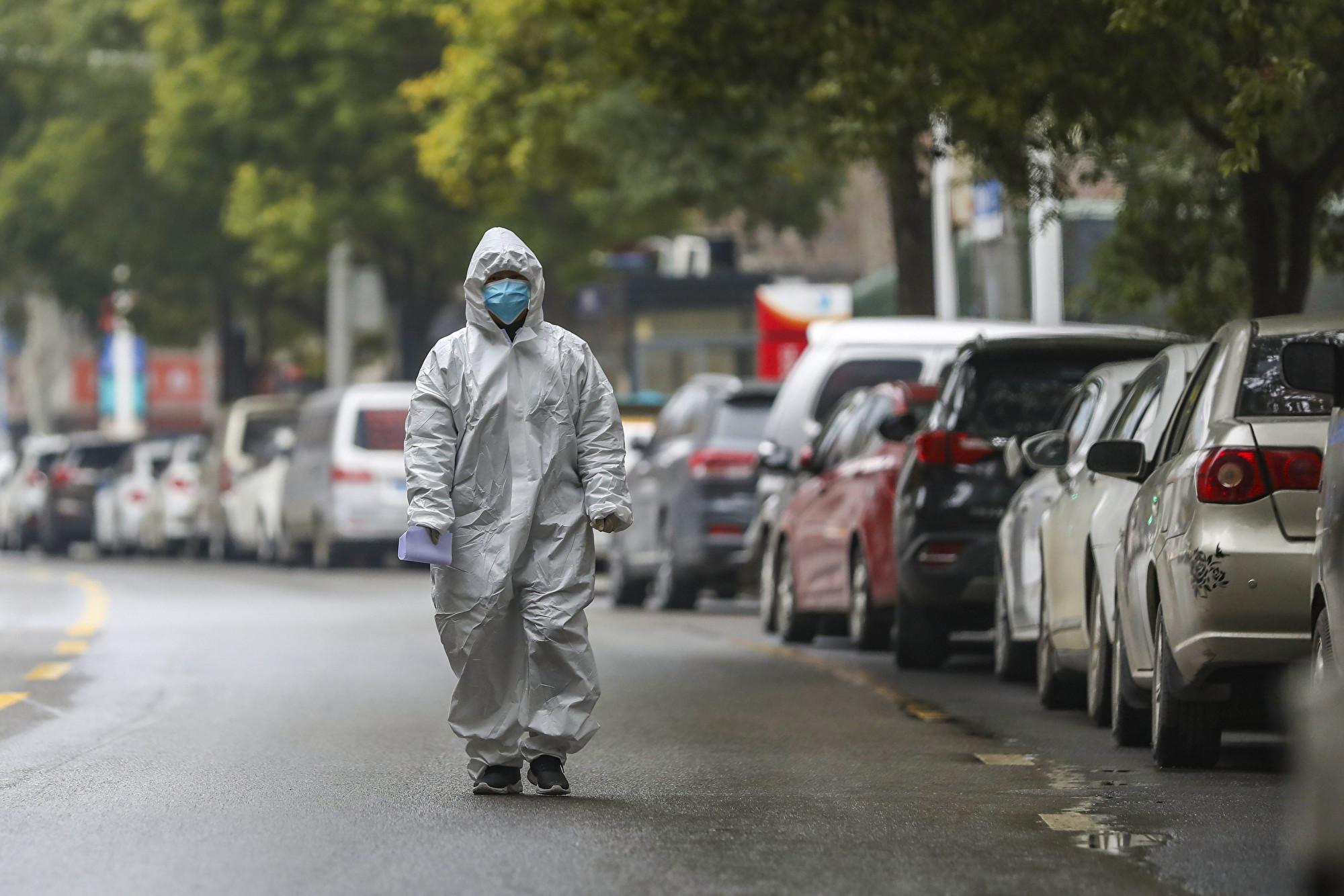 中共病毒(俗稱武漢病毒、新冠病毒)兇猛,武漢於1月23日封城。圖為1月27日,一名醫務人員走在空空的街道上。(加通社)