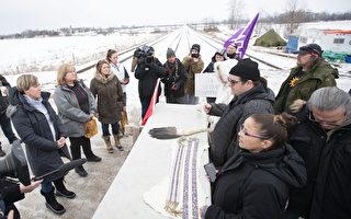 反对兴建液化天然气管道的原住民团体堵塞铁路