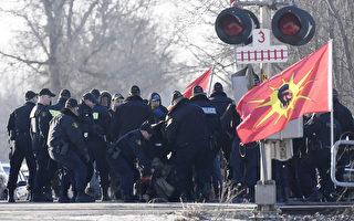 安省省警出动大批警力 逮捕仍在阻碍铁路者