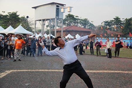 屏东县长潘孟安亲自点燃鞭炮率先尖炮城,预祝活动顺利。