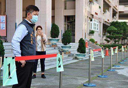 文華國小校長在校內分10條測量動線有效率安全量額溫。
