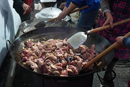 社区妈妈忙着煮香喷喷的麻油鸡请大家吃。