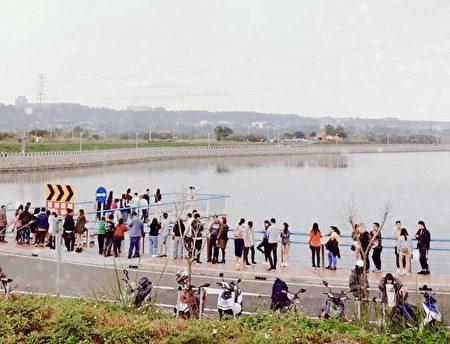 中庄調整池景觀平台因採透明橋面設計,許多民眾㩦伴在新年期間前往拍攝。