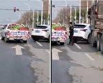 有视频显示,武汉城管拦截一辆从四川运来蔬菜的物资车,并抢拿车上的蔬菜。(视频截图)