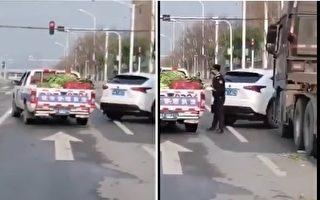 有視頻顯示,武漢城管攔截一輛從四川運來蔬菜的物資車,並搶拿車上的蔬菜。(視頻截圖)