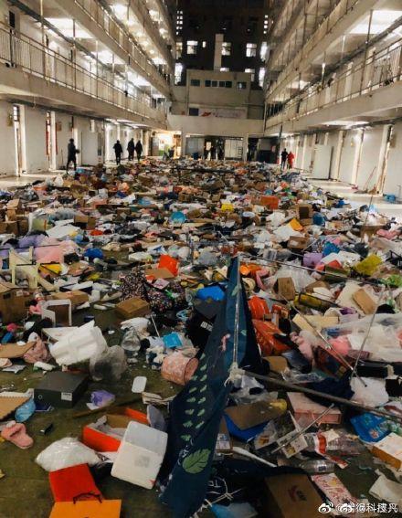 武汉软件工程职业学院学生宿舍的物品被随意丢弃。(网络图片)