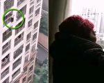 重庆一老人选择跳楼,另一老人哭泣着喊天。(视频截图合成)