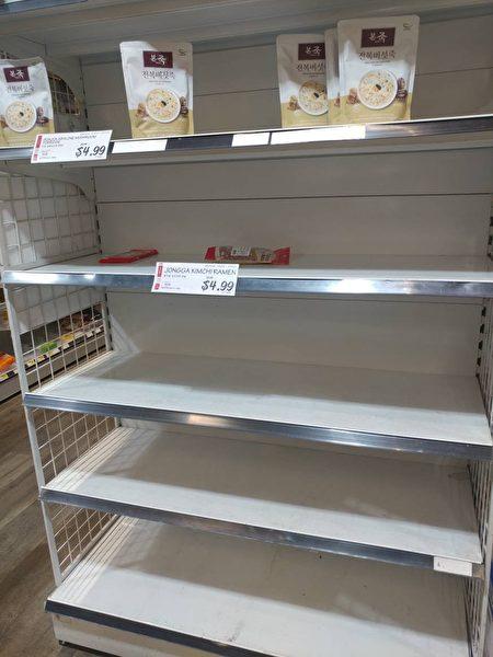 貝賽H Mark超市,食品被搶購,貨架空空如也。(讀者提供)
