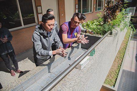 因應武漢肺炎疫情,新竹市長林智堅(24)日往培英國中視察,並親自示範正確洗手的七步驟。
