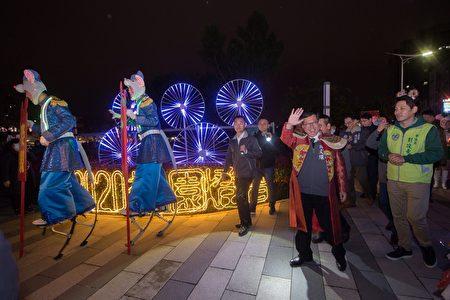"""桃园市长郑文灿带领桃园灯会""""老鼠娶亲""""迎亲队。"""