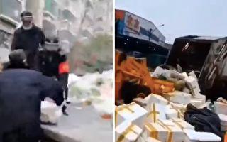 武漢某小區,一批城管搶走業主買下的菜。還有鏟車將捐贈給武漢的愛心蔬菜鏟入垃圾車。(視頻截圖)