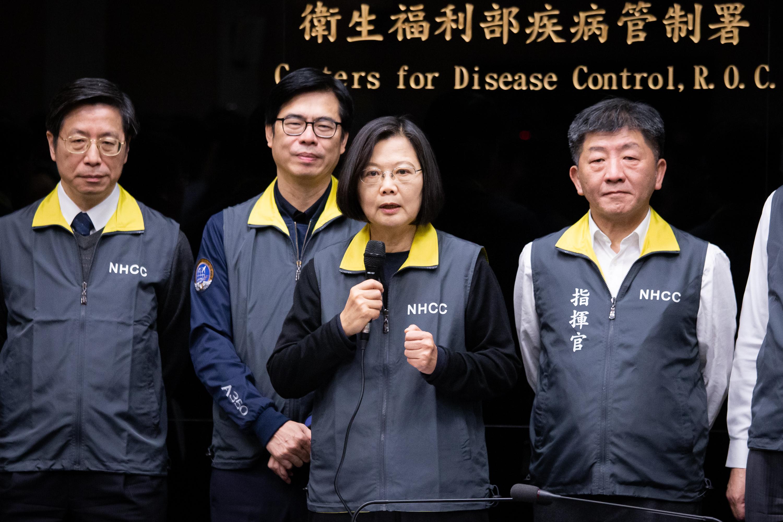 台灣民意基金會最新民調顯示,民眾肯定政府防疫作為,讓總統蔡英文(右2)聲望再攀高峰。其中94%民眾肯定衛福部長陳時中(右1)領軍的「中央流行疫情防制中心」整體表現。圖為資料照。(陳柏州/大紀元)