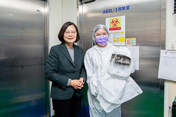 台灣總統蔡英文至國家衛生研究院視察,對於國衛院宣佈治療武漢肺炎(中共肺炎)有療效的「瑞德西韋」藥物,合成成功,甚至可望自產,進行小型動物測試,開心防疫有重大進展。(總統府提供)