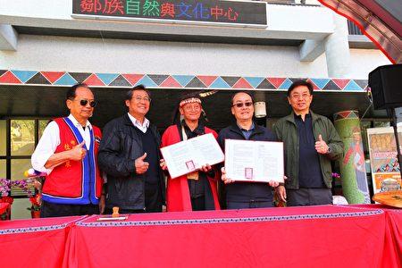 阿里山鄉長杜力泉(左1)及林務局局長林華慶(右1)見證簽署傳統智慧授權。