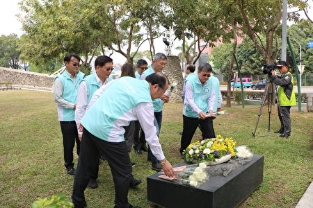 市府局处首长一一献花,致上崇敬追念之意。
