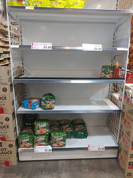 貨架上的食品所剩無幾。(讀者提供)