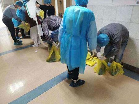 武漢第五醫生醫護人員沒有防護服,穿隔離衣,用膠袋自製腳套。(網絡圖片)