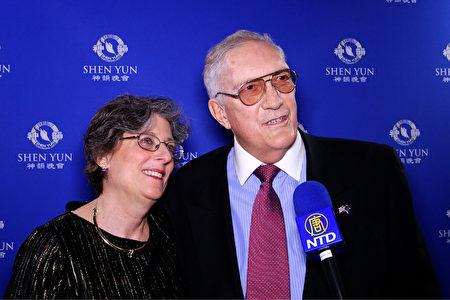 建築設計師Lee Mueller先生與太太Michele Mueller觀賞了神韻紐約藝術團在美國拉斯維加斯史密斯表演藝術中心的首場演出(新唐人電視台)