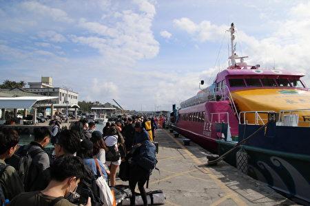 台东富冈渔港交通船登船处实施旅客量测体温措施。