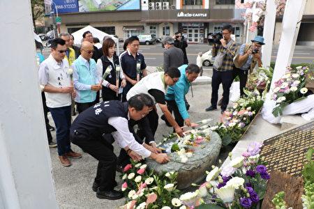 市议员多人在二二八事件受难者纪念碑前献花。