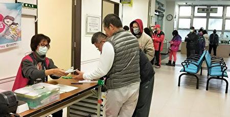 桃園市新屋區衞生所一早,民眾排隊等候購買口罩,秩序井然。