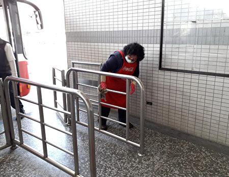 桃園監理站加強檢視各客運場站防疫作業,包括車輛及場站定時清潔消毒。