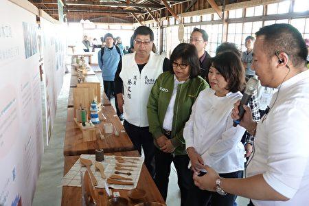 市長黃敏惠(右2起) 、立委王美惠及市議員蔡文旭細聽解說員解說。