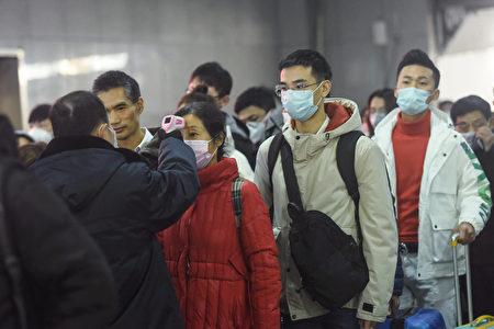 圖為排隊量體溫的中國民眾。(STR/AFP via Getty Images)