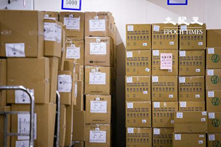 經濟部次長王美花表示,口罩出口管制、政府徵用口罩措施將同步延長到4月底。圖為台北郵件處理中心防疫口罩倉庫。