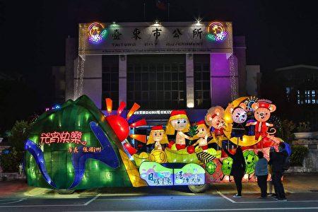 台东市公所元宵花灯车,造型结合寒单爷、鼠年生肖与农特产。