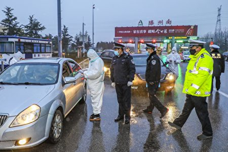 中共公安 (STR/AFP via Getty Images)