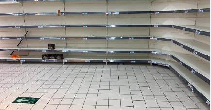 蘇州歐尚超市的公仔麵已被搬空。(網絡圖片)