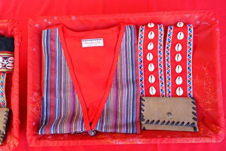協會致贈代表鄒族的傳統服飾、額飾及生命袋予林務局局長林華慶。