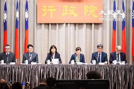 因應武漢肺炎對國內產業的衝擊,行政院會13日拍板紓困措施,由行政院發言人Kolas Yotaka(左3)與相關部會官員出席行政院會後記者會。