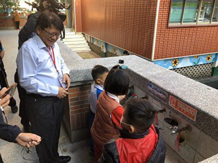 为确保校园防疫措施是否落实,屏东县长潘孟安于开学日清早;前往国小巡视防疫状况。
