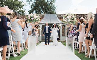 白色「充氣城堡」中的另類婚禮 用跳的結婚