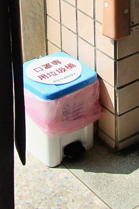 校內每層樓均有口罩廢棄桶。