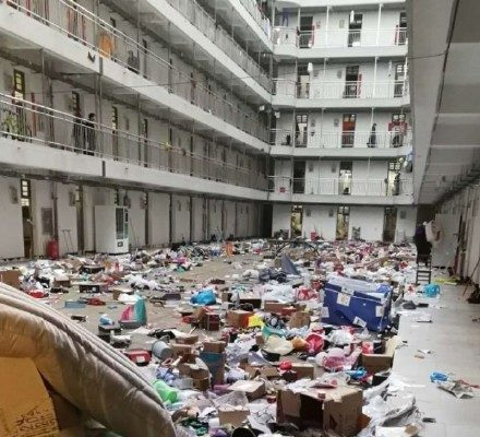 當局徵用病房。圖為武漢軟件工程職業學院學生宿舍的物品被隨意丟棄。(網絡圖片)