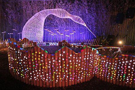 鱼筌周边的飞鱼群,是新社部落居民用漂流木雕刻出的作品,搭配蓝色灯光,犹如飞鱼穿越在蓝色波浪。