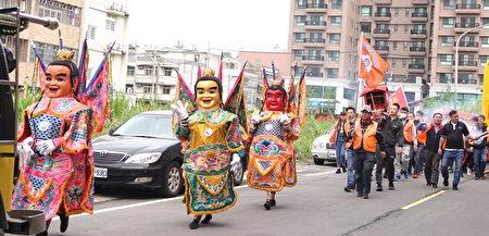 藉由振奮的花鼓演出表達對媽祖的敬仰。