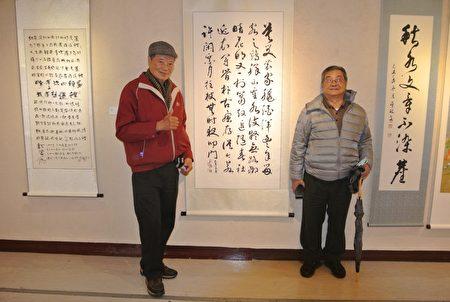 天臘書畫會會員劉瑞瑛(右)於作品前與海風畫會會長許竹合影。