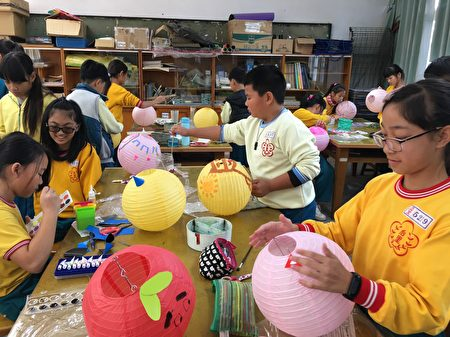 台中市143所国中、国小师生、家长共同彩绘5,000盏小灯笼,孩子们拿起彩笔融入节庆活动。