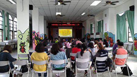 5位校長及61位教師齊聚大進國小視聽教室,參與漢字《悠遊字在》《小乾坤》教材研習。