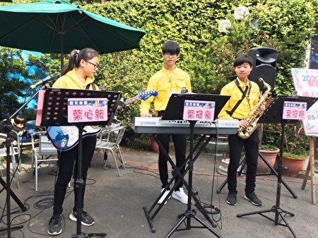 三位聽障生用音樂祝福黃太太和先生,情人節快樂!