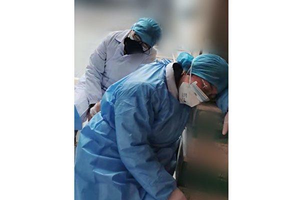 武漢各大醫院醫護人員感染中共肺炎案例劇增。圖為某一家醫院二線人員也累癱了。(網友提供)