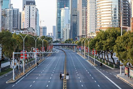 圖為封城後空蕩蕩的武漢街道。(STR/AFP via Getty Images)