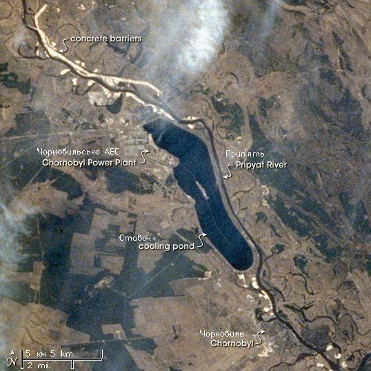 切爾諾貝利核電廠及周邊地區的空照圖,核電廠旁邊為冷卻池,冷卻池南方為切爾諾貝利市中心。(公有領域)