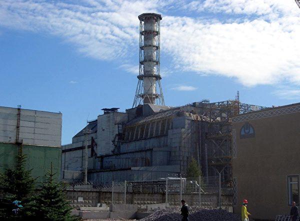 發生爆炸的四號反應爐及覆蓋在上面的「石棺」。攝於2006年。(Carl Montgomery/維基百科)