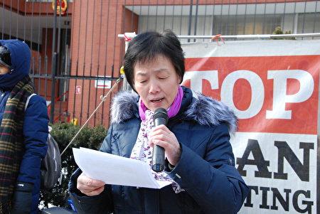 加拿大居民陳學敏在多倫多中領館前呼籲,要求中共政府立刻釋放她的哥哥陳星伯。(伊鈴/大紀元)