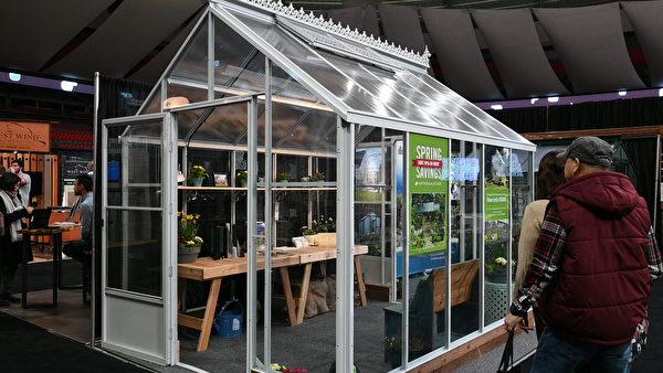 圖:卑詩家居園藝展銷會正在拉開序幕,展會呈現給遊客的新型技術與產品,令人眼界大開。(大紀元圖片)